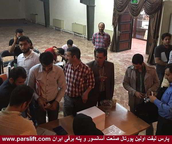 اعضای انجمن علمی دانشگاه آسانسور دماوند در انتظار فرد انتخاب شده www.parslift.com