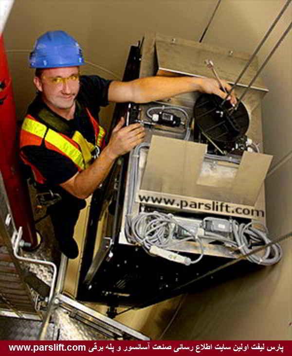 تعمیرکار آسانسور توربین بادی در حال سرویس آسانسور www.parslift.com
